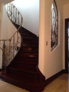Treppe und Treppengeländer lackieren