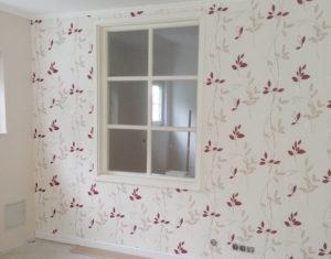 Trockenbauwand mit Vliesetapete und Fenster